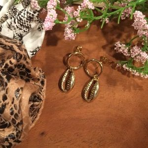 Jewelry - LAST 1 ⚡️Liquid gold cowry shell and hoop earrings